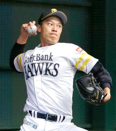 ブルペンで投球練習するソフトバンク・岩崎=宮崎