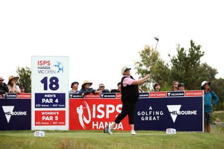 米女子ゴルフのISPSハンダ・ビック・オープン、サーティーンスビーチ・リンクスの18番ティーグラウンド。ショットを放つのはローラ・デービーズ=6日、ジーロング(ゲッティ=共同)