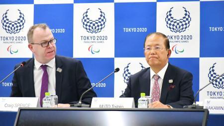 国際パラリンピック委員会のクレイグ・スペンス広報部長(左)と記者会見する大会組織委の武藤敏郎事務総長=6日午後、東京都中央区