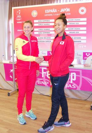 フェド杯の組み合わせ抽選で7日の第1試合で対戦することが決まったスペインのサラ・ソリベストルモ(左)と握手を交わす大坂なおみ=ムルシア(共同)