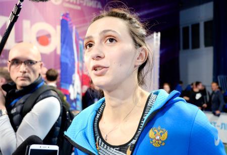モスクワで行われたロシア国内大会で優勝し、記者団の質問に答える陸上女子走り高跳びのマリア・ラシツケネ選手=1日(共同)