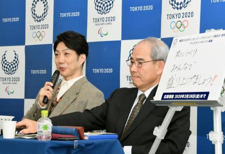 記者会見する狂言師の野村萬斎さん(左)。右は組織委の中井元チーフ・セレモニー・オフィサー=7日午前、東京都中央区