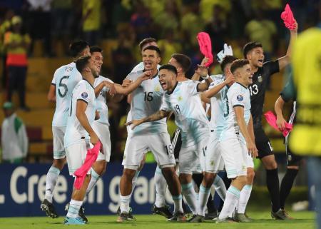 コロンビアを破り東京五輪出場を決め、喜ぶアルゼンチンのイレブン=ブカラマンガ(AP=共同)