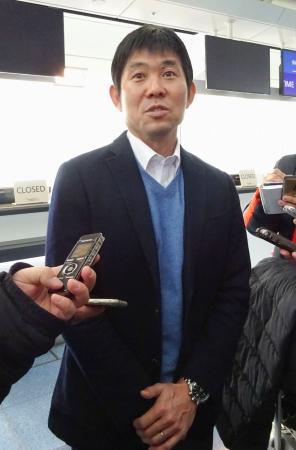 渡欧前に取材に応じるサッカー日本代表の森保監督=7日、羽田空港