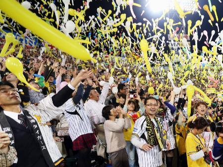 2014年10月の日本シリーズ第1戦でジェット風船を飛ばし盛り上がる阪神ファン=兵庫県西宮市の甲子園球場