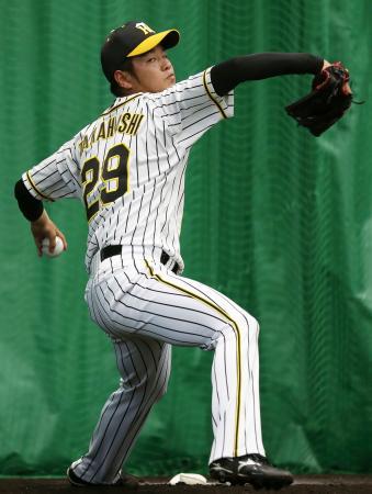 ブルペンで投球練習する阪神・高橋=宜野座