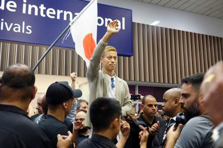 ボタフォゴに加入するためリオデジャネイロの空港に到着し、ファンに手を振るサッカー元日本代表の本田圭佑=7日(共同)