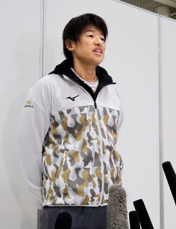 グアムへ出発前に取材に応じるソフトボールの上野由岐子=9日、成田空港