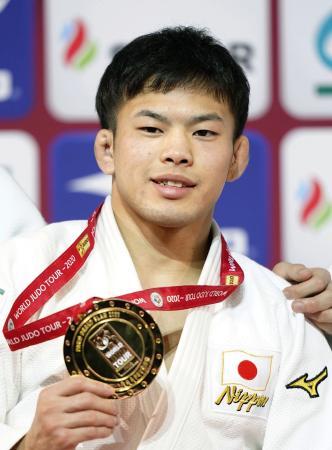 男子60キロ級で優勝し、金メダルを手に笑顔の永山竜樹=パリ(共同)