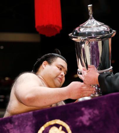 大相撲トーナメントで優勝し、トロフィーを受け取る高安=両国国技館