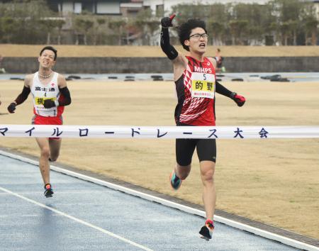 唐津10マイルロードレースを46分43秒で制した的野遼大=佐賀県唐津市
