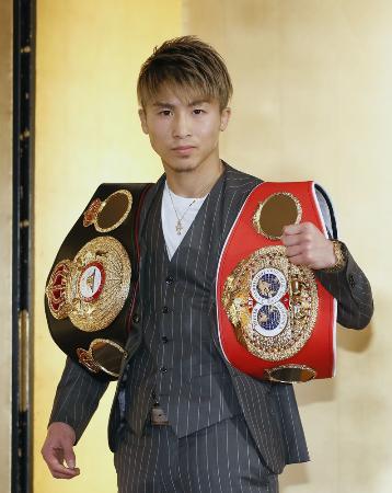 ボクシングの3団体王座統一戦に向けた記者会見の後、ポーズをとるWBA、IBFバンタム級王者の井上尚弥=1月31日、東京都内のホテル