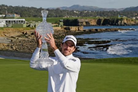 米男子ゴルフのAT&Tペブルビーチ・プロアマを制し、トロフィーを掲げるニック・テーラー=9日、ペブルビーチ(AP=共同)