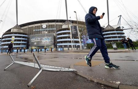嵐のためウェストハム戦が中止となったイングランド・プレミアリーグのマンチェスター・シティーの本拠地スタジアム前=9日、マンチェスター(ロイター=共同)