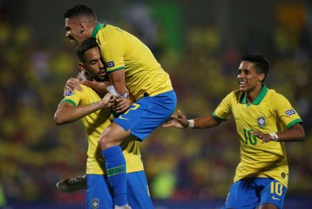 サッカー男子の東京五輪南米予選、アルゼンチン戦でゴールを喜ぶブラジルの選手たち=9日、ブカラマンガ(ロイター=共同)