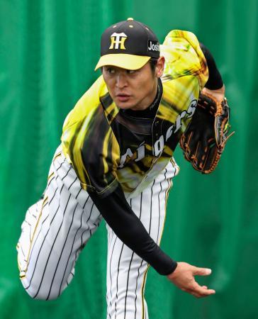 ブルペンで投球練習する阪神・中田=宜野座