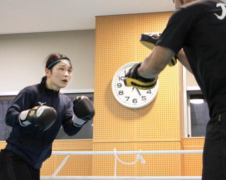 ボクシング女子日本代表の強化合宿で、調整する並木月海=東京都北区の味の素ナショナルトレーニングセンター