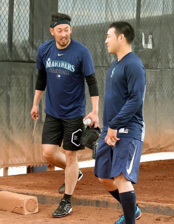 ブルペンでの投球練習を終え、菊池(右)と談笑するマリナーズ・平野=ピオリア(共同)