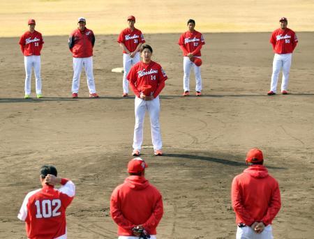 1次キャンプ最終日、練習後にあいさつする広島・大瀬良(中央)。後列左から2人目は佐々岡監督=日南
