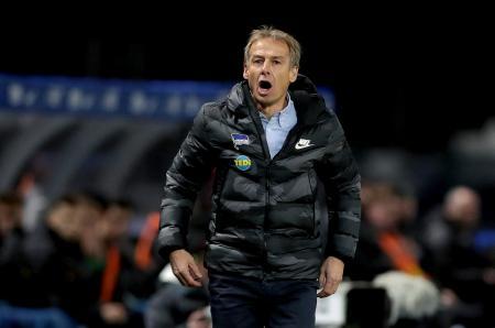 19年12月、ドイツ1部リーグのボルシアMG戦で指揮を執るヘルタのクリンスマン監督=ベルリン(AP=共同)