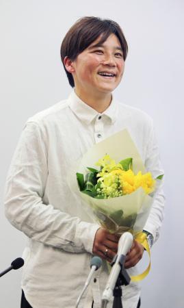 花束を受け取り笑顔を見せるサッカー女子、元日本代表の大野忍=12日、東京都内