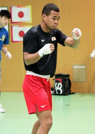 強化合宿を公開したボクシング男子日本代表の岡沢セオン=東京都北区の味の素ナショナルトレーニングセンター