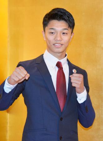 WBOフライ級王座決定戦への挑戦を発表し、撮影に応じる中谷潤人=14日、東京都内のホテル