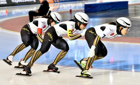 女子団体追い抜きで2分50秒76の世界新記録で優勝した(右から)高木菜那、高木美帆、佐藤綾乃の日本=ソルトレークシティー(共同)