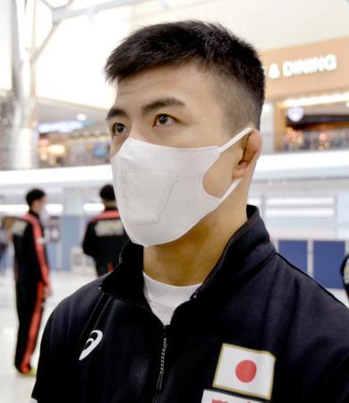 アジア選手権出発を前に、マスク姿で取材に応じるレスリング東京五輪代表の文田健一郎=15日午前、成田空港