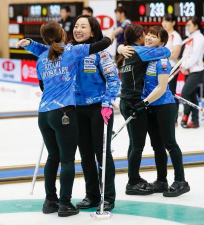 中部電力を破り決勝進出を決め、抱き合って喜ぶロコ・ソラーレの藤沢(左から2人目)ら=軽井沢アイスパーク