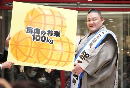 トークショーで地元ファンの熱い激励を受けた関脇朝乃山=15日、富山市