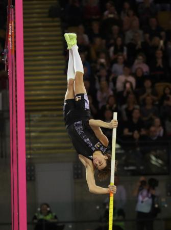男子棒高跳びで世界新記録をマークしたアルマンド・デュプランティス=15日、英グラスゴー(ロイター=共同)