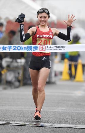 女子20キロで6連覇を果たし、東京五輪代表に決まった岡田久美子=神戸市