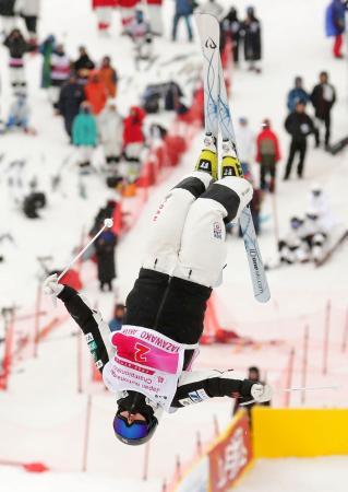 女子デュアルモーグル決勝 優勝した星野純子のエア=たざわ湖スキー場