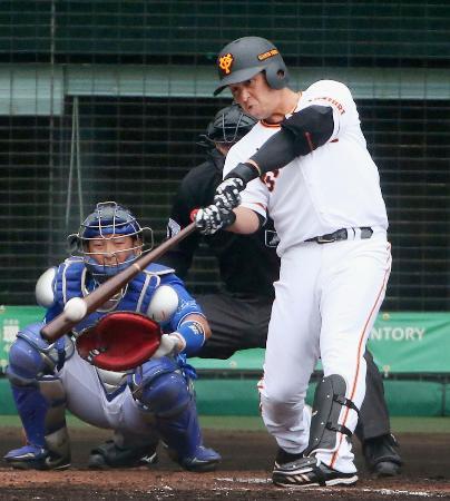5回、左越え本塁打を放つ巨人・中島=沖縄セルラー