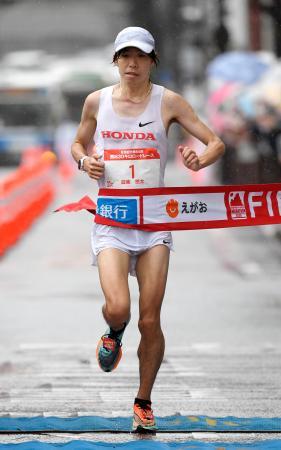 熊日30キロロードレースの男子を1時間29分47秒で制した設楽悠太=熊本市