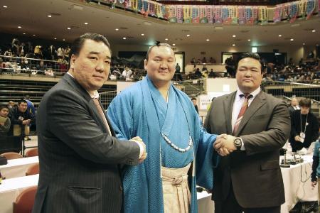 横綱白鵬(中央)と握手する、荒磯親方(右)、ビャンバドルジ氏(左)=2月2日、東京・両国国技館