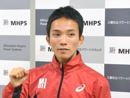 取材に応じポーズをとる男子マラソンの井上大仁=長崎市