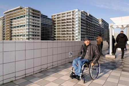 選手村周辺を視察するパラリンピック委員会の関係者ら=19日午後、東京都中央区