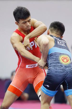 男子グレコローマン60キロ級決勝 キルギス選手と対戦する文田健一郎=ニューデリー(共同)