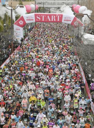 昨年の名古屋ウィメンズマラソンでスタートする大勢のランナー=名古屋市