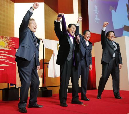 ポーズをとる(左から)天龍源一郎、アントニオ猪木、藤波辰爾、長州力=20日、東京都内のホテル