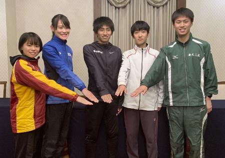 記者会見でポーズをとる田村和希(中央)ら=21日、福岡市