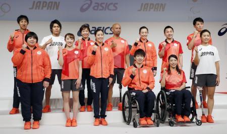 東京五輪・パラリンピックで日本選手団が着用する公式スポーツウエアが発表され、ポーズをとる選手ら=21日午後、東京都中央区