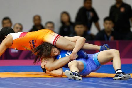 女子57キロ級準決勝 インド選手(左)をアンクルホールドで攻める川井梨紗子=ニューデリー(共同)