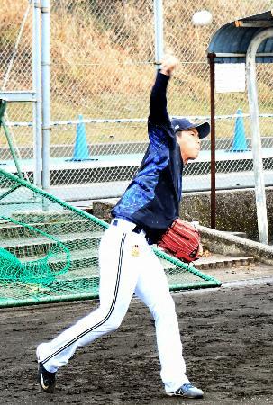 キャッチボール練習をするオリックス・山岡=宮崎