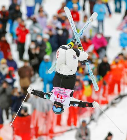 女子モーグル決勝1回目 エアを決める星野純子=たざわ湖スキー場