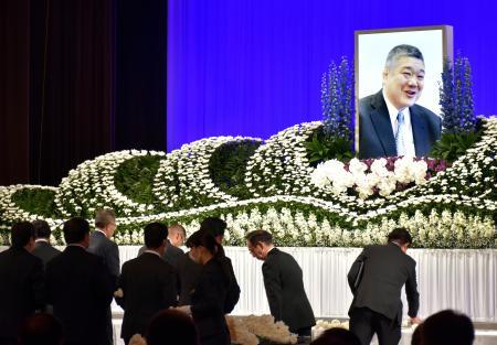 近大相撲部監督の伊東勝人さんのお別れ会で献花する参列者=22日、大阪市
