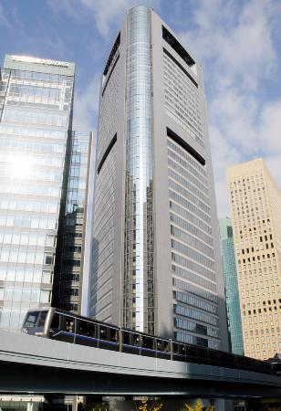 新交通システム「ゆりかもめ」(手前)=2009年、東京都港区東新橋