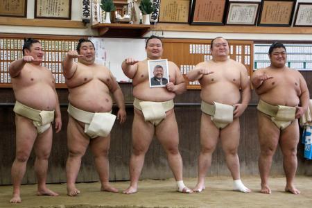 近大相撲部監督だった故・伊東勝人さんの遺影を手に写真に納まる朝乃山(中央)と同大出身の関取衆。左から2人目は徳勝龍=大阪府東大阪市の近大